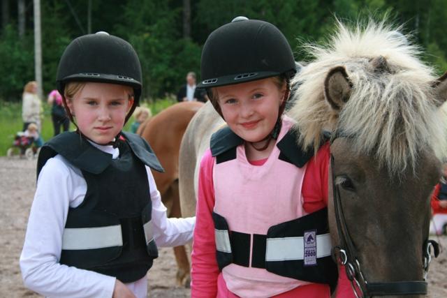 Saga och Ella med Frosti i paddocken